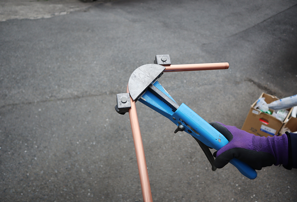 ベンダーで銅管を曲げる
