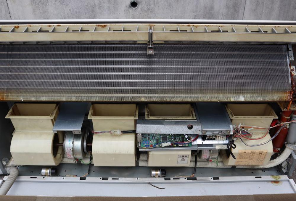 ドレン板の奥は、一面に熱交換器がありました