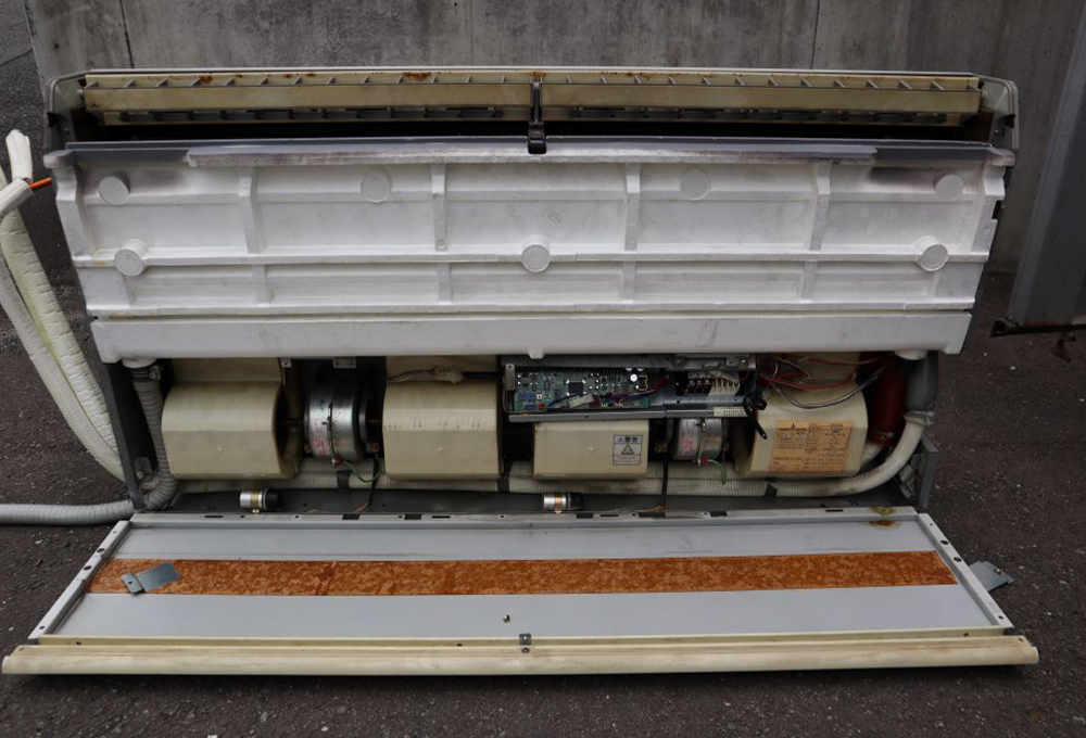 天井吊形エアコンのカバーを全面外したイメージ