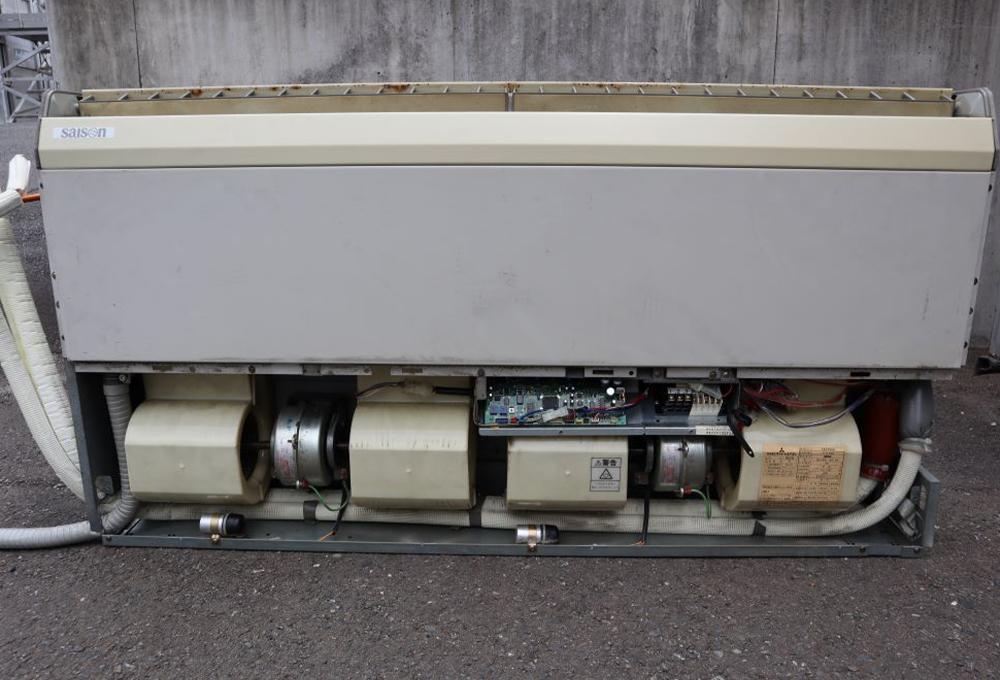 天井吊形エアコンのフィルターを外してみたイメージ