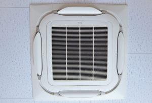 天井と一体化している形状のエアコンは圧迫感もなく、どのような内装にも馴染みやすいため、様々な店舗や施設で見かけることの多い業務用エアコンです。