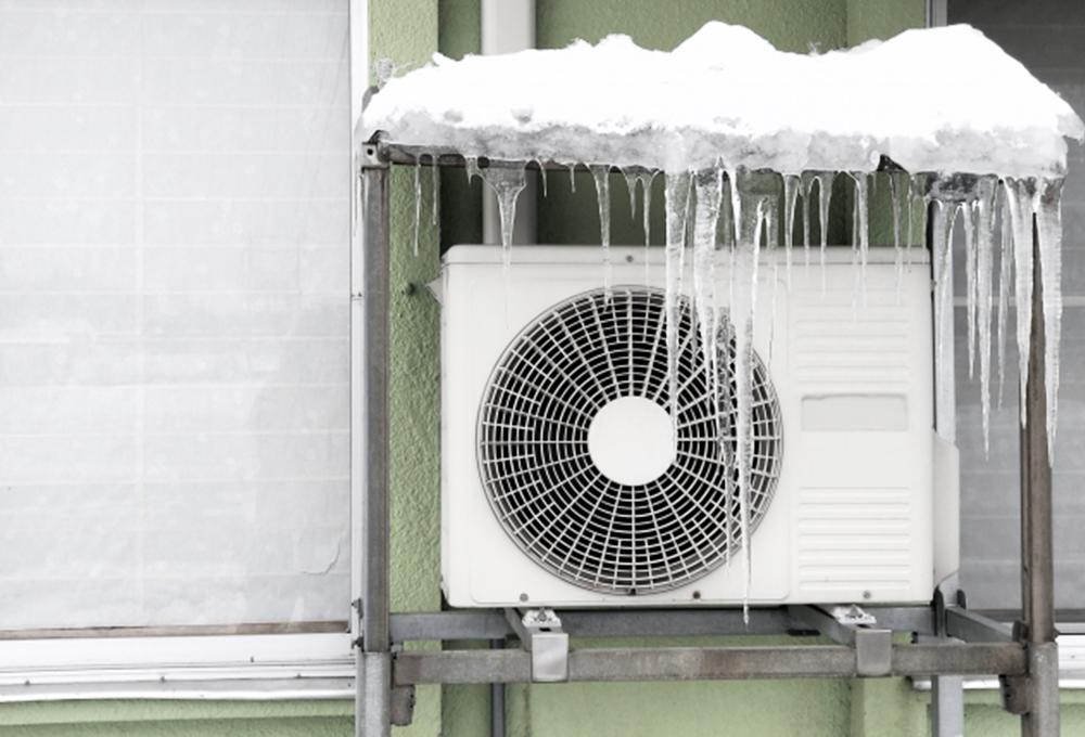室外機が積雪や風の影響を直接受けないよう、防雪フードや高置台というアイテムが使われることも多いようです。