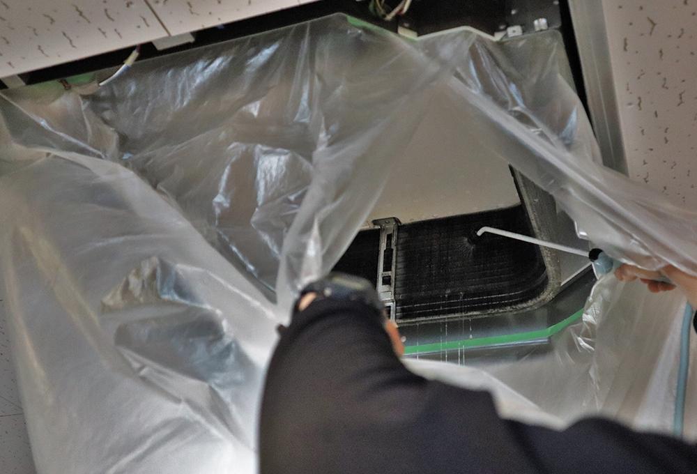 熱交換機の奥まで入り込んだホコリや油、カビなどを、エアコン専用の洗剤と洗浄機を使って洗い流します。