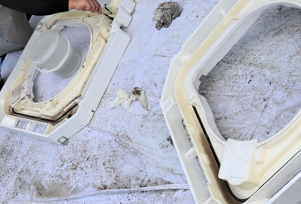 パーツの内部もカビや油汚れで真っ黒になっていましたが、一つ一つを丁寧に洗浄して汚れを取り除きました!