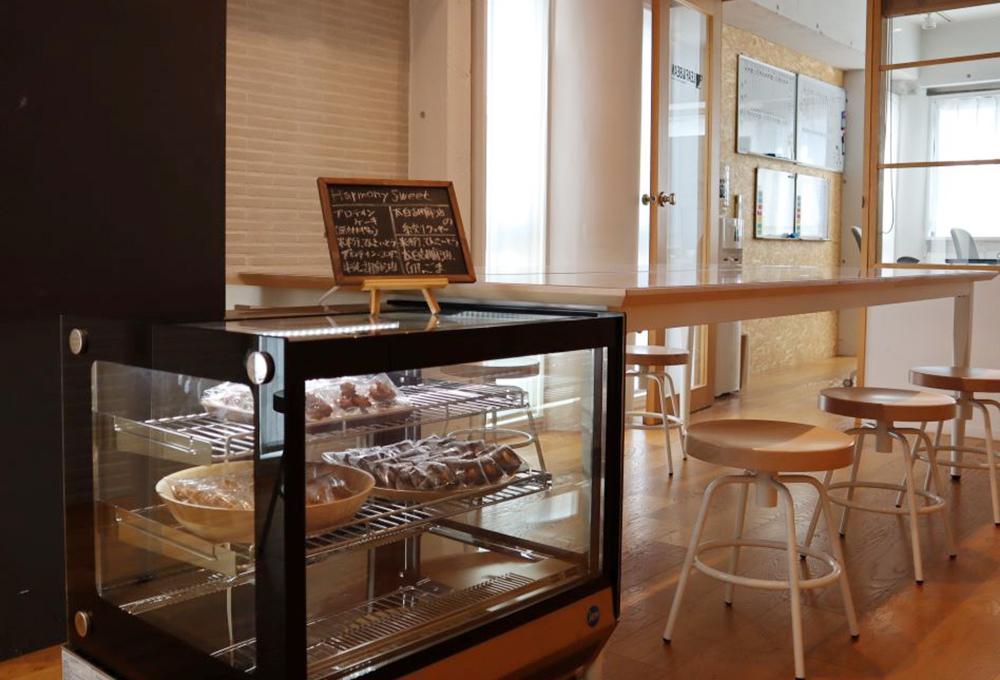 新たにお菓子用の冷蔵ショーケースが設置されました! 冷蔵庫は食品の保存に安心ですし、ショーケース型はカフェのようで見た目にも素敵ですね!
