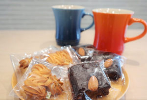 オーソリティー空調の事務所には、美味しい紅茶やコーヒーなどが楽しめる、憩いのカフェスペースがあります!