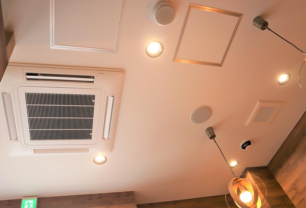壁で仕切られた個室には 、隣室のエアコンの吹き出し口をダクトで分岐させ、空調ができるようにしました。