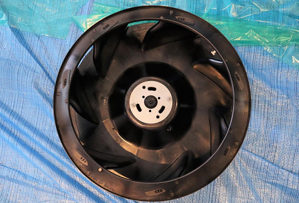 正解は、天井埋込カセット型4方向エアコンの「ファン」です! 「ファン」は、エアコンや換気扇などで風を送る役割を担っているパーツ。