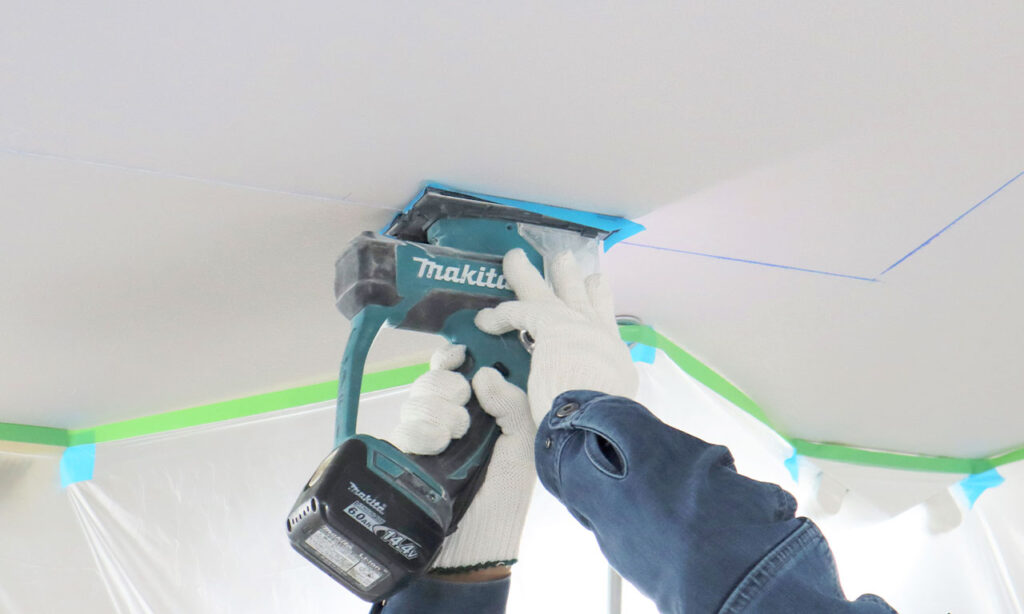 また、高機能換気設備を天井埋込形で新たに設置をする場合には、天井に大きな穴を開けるのです!