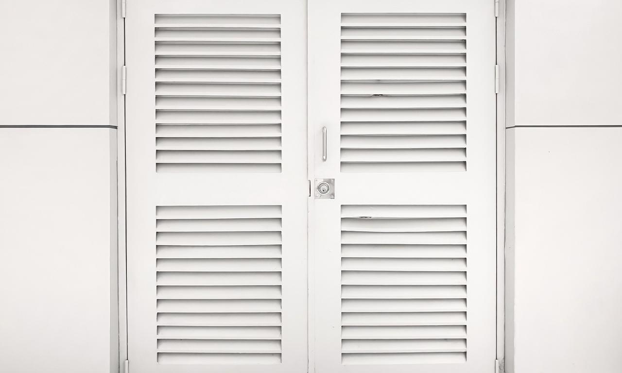 ドアや壁に取り付け、外から室内が見えることなく換気できるよう設けられた通気口のことをガラリといいます。